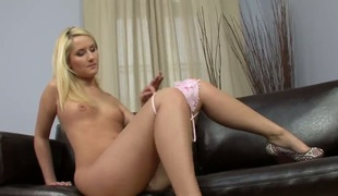 Blonde has some time to step with herself be useful to cam